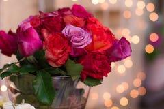 Härlig bukett av rosor på den vita tabellen dof Fotografering för Bildbyråer
