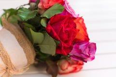 Härlig bukett av rosor på vit bakgrund dof Royaltyfri Fotografi