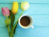 Härlig bukett av tulpan på blått trä, mars 8, mars 8 för närvarande årsdag för kopp kaffe naturlig dekorativ Royaltyfri Bild