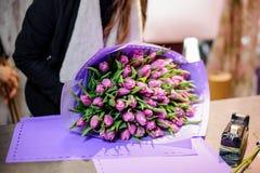 Härlig bukett av violetta tulpan som ligger på en tabell Royaltyfria Foton