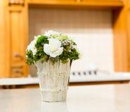 Härlig bukett av vita blommor i korg Arkivbilder