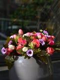Härlig bukett för konstgjorda blommor royaltyfria foton