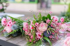 Härlig bukett i blomsterhandel utomhus- arbete i blomsterhandel assistent i studion för blom- design som gör garneringar Arkivfoton