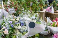 Härlig bukett i blomsterhandel utomhus- arbete i blomsterhandel assistent i studion för blom- design som gör garneringar Royaltyfri Bild