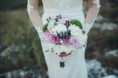 Härlig bukett i händer av bruden Royaltyfri Fotografi