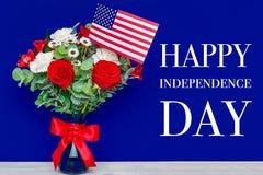 Härlig bukett med amerikanska flaggan på blå bakgrund Arkivfoton