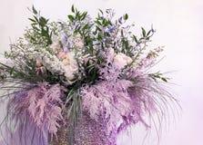 Härlig bukett med blommor och kvistar av rosa färggräs arkivbild