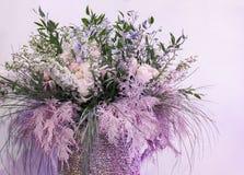 Härlig bukett med blommor och kvistar av rosa färggräs royaltyfri foto