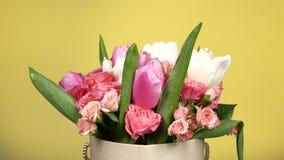 Härlig bukettblomma med rosor och tulpan, på guling, rotation stock video