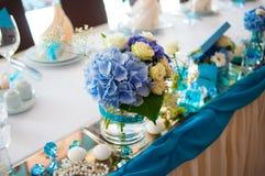 Härlig bukettgarnering på brölloptabellen i en restaurang Arkivbild