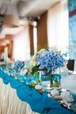 Härlig bukettgarnering på brölloptabellen i en restaurang Arkivfoton
