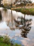 Härlig bygd för reflexion för träd för höst för flodstoursjö Royaltyfri Bild