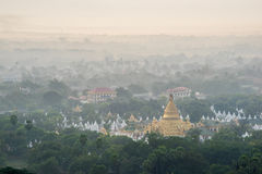 Härlig bygd i morgonen på den Mandalay kullen i Myanmar Royaltyfri Bild