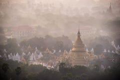 Härlig bygd i morgonen på den Mandalay kullen i Myanmar Royaltyfri Foto