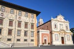 Härlig byggnad av universitetet och kyrkan på piazzadeien Cavalieri i Pisa, Tuscany  Fotografering för Bildbyråer