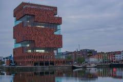 Härlig byggnad längs floden arkivbilder