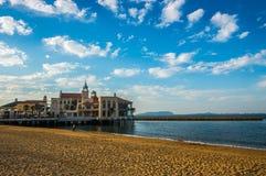 Härlig byggnad på sjösidan parkerar Arkivfoto