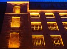 Härlig byggnad som är upplyst i guling som är röd och blått Arkivfoton