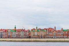 Härlig byggnad som byggs i den flamländska stilen på stranden av Bruges Republiken av Mari El, Yoshkar-Ola, Ryssland 05/21/201 Royaltyfri Bild