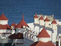 Härlig byggnad som förbiser havet royaltyfri fotografi