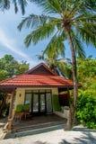 Härlig cabana på den tropiska ösemesterorten royaltyfri bild