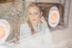 härlig cafeflicka Royaltyfria Bilder