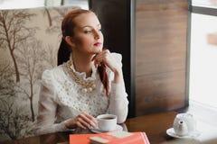 härlig cafeflicka Fotografering för Bildbyråer