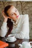 härlig cafeflicka Royaltyfri Fotografi