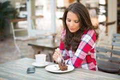 härlig cake som äter kvinnan arkivfoto