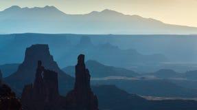 Härlig Canyonlands sikt, från Mesa Arch Royaltyfria Bilder
