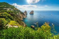Härlig Capri ö, strand och Faraglioni klippor, Italien, Europa arkivbild