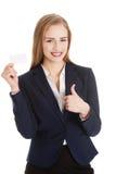 Härlig caucasian affärskvinna som rymmer det personliga kortet. Arkivfoto
