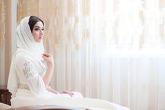 Härlig caucasian brud i traditionell klänning Fotografering för Bildbyråer