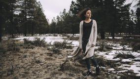 Härlig caucasian flicka utomhus i natur på dagtid arkivbild