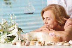 Härlig Caucasian gammalare kvinna på ett mottagande Arkivbilder