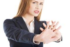 Härlig caucasian gest för stopp för visning för affärskvinna. Arkivbilder