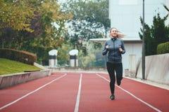 härlig caucasian kinesisk kvinna för vulkan för trail för running för löpare för blandad race för kvinnlig Arkivbild