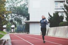 härlig caucasian kinesisk kvinna för vulkan för trail för running för löpare för blandad race för kvinnlig Royaltyfri Foto