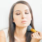 Härlig caucasian kvinna eller makeupkonstnär som gör sminket själv Royaltyfria Foton