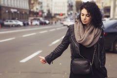Härlig caucasian kvinna för brunett i halsduk på en europeisk stad s fotografering för bildbyråer