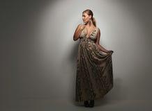 Härlig caucasian kvinna i en elegant coctailklänning royaltyfri foto