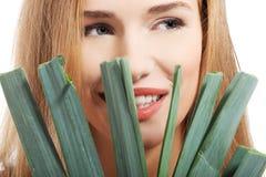 Härlig caucasian kvinna med ny grön grönsallat. arkivfoton