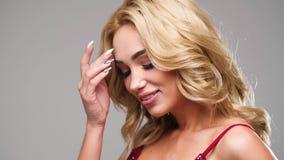 Härlig caucasian kvinna som poserar för fotograf i studio lager videofilmer