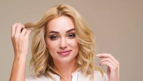 Härlig caucasian kvinna som poserar för fotograf i studio stock video