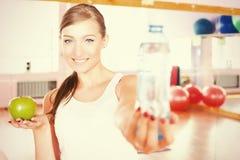 Härlig caucasian kvinnakonditionövning som rymmer flaskan med vatten royaltyfri fotografi