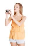 Härlig caucasian sommarkvinna som tar fotoet. Royaltyfri Foto