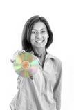 Härlig caucasian tillfällig le hållande övre CD-SKIVA för kvinna Arkivbild
