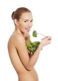 Härlig caucasian topless kvinna som äter grönsallat från en bunkeintelligens Arkivbilder