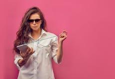 Härlig caucasian ung kvinna i en vit skjorta i exponeringsglasintelligens Royaltyfri Bild