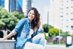 Härlig caucasian ung vuxen kvinna i stad royaltyfri foto
